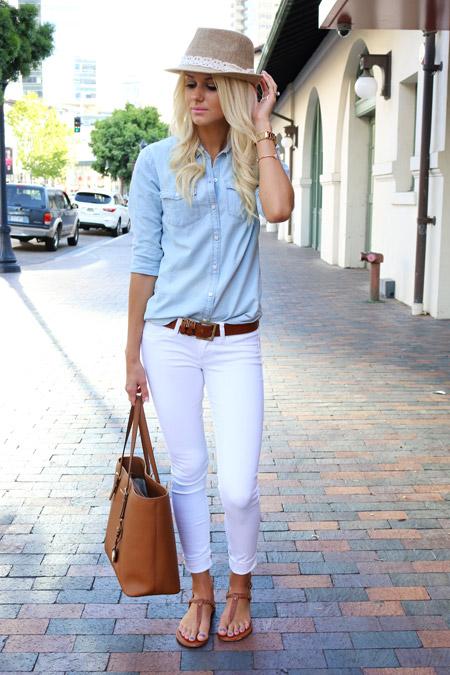 Модель в обтягивающих джинсах, голубая рубкашеп, коричневые сандалии и сумка