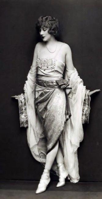 Модель в платье в стиле Гетсби на тонких лямочках
