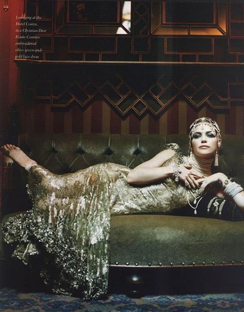 Модель в роскошном золотом платье в стиле Гэтсби