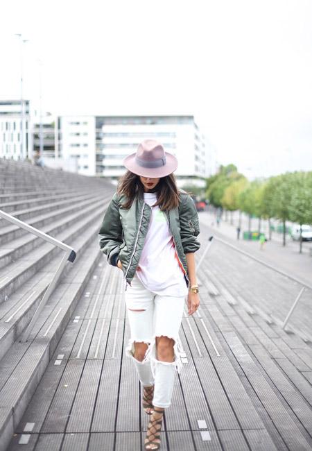Модель в рваных джинсах, футбока и серая куртка