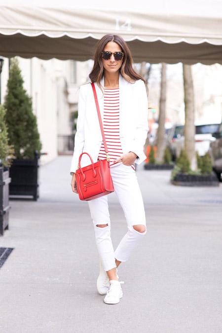 Модель в рваных джинсах, полосатая футболка, красная сумка