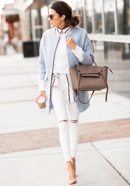 Модель в рваных облегающих джинсах, серый кардиган и туфли лодочки