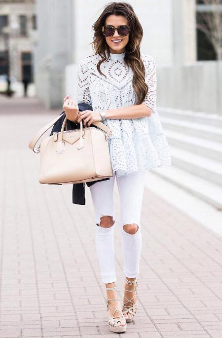 Модель в рваных оютягивающих джинсах, кружевная блуза, босоножки