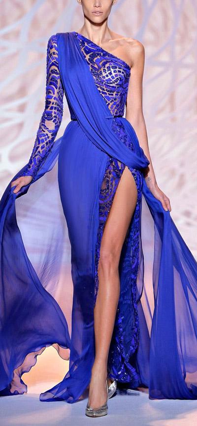 Модель в шикарном синем платье в пол, с глубовим вырезом