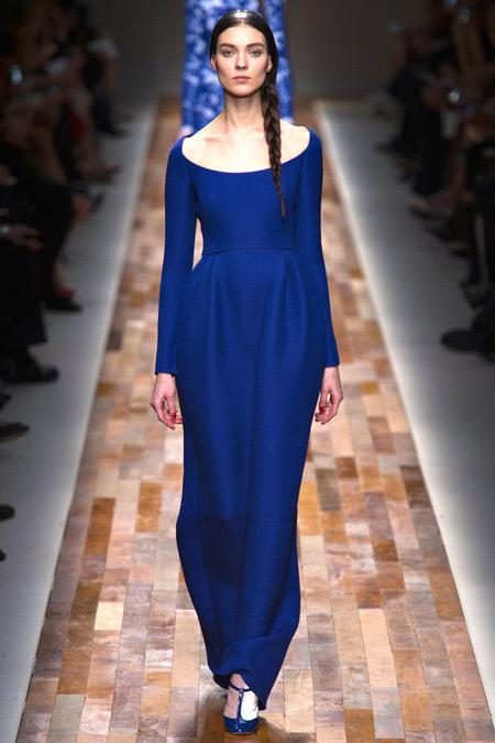 Модель в синем макси платье с овальным вырезом
