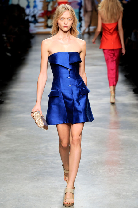 Модель в синем мини платье на пуговицах