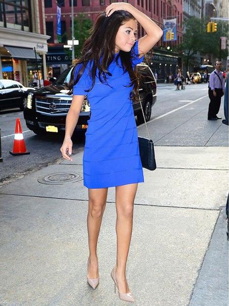 Модель в синем мини платье с короткими рукавами