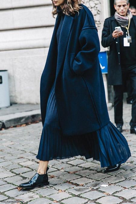 Модель в синем платье и пальто