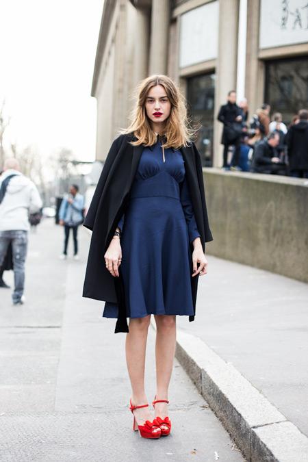 Модель в синем платье с завышенной талией