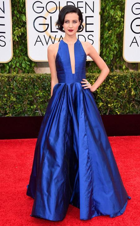 Модель в синем платье в пол без рукавов