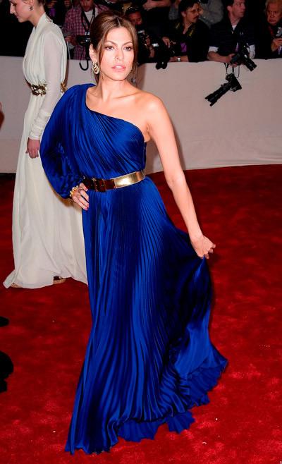 Ева Мендес в синем платье в пол с одним рукавом, золотой пояс