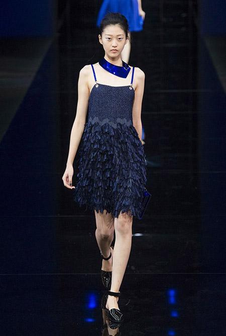 Модель в темно синем платье на бретельках