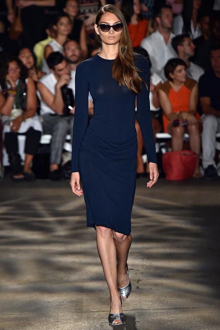 Модель в темно синем трикотажном платье футляр