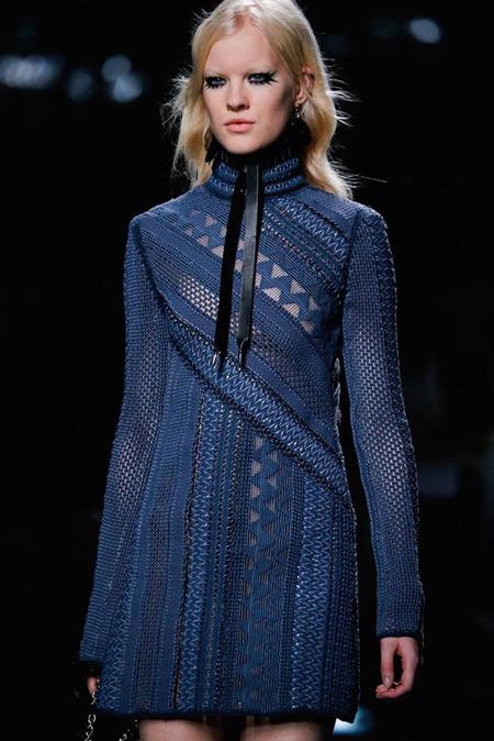 Модель в узорном вязанном платье