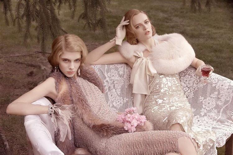 Модели в бежевых платьях по колено с меховыми накидками, стиль Гетсби