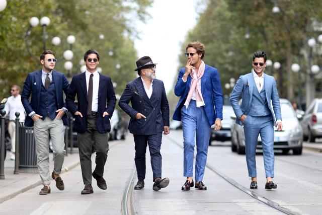 Мужчины в костюмах на неделе моды в Милане