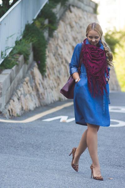 На девушке синее платье миди. с бордовым платком и сумкой
