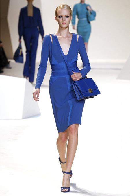 Туфли под синее кружевное платье