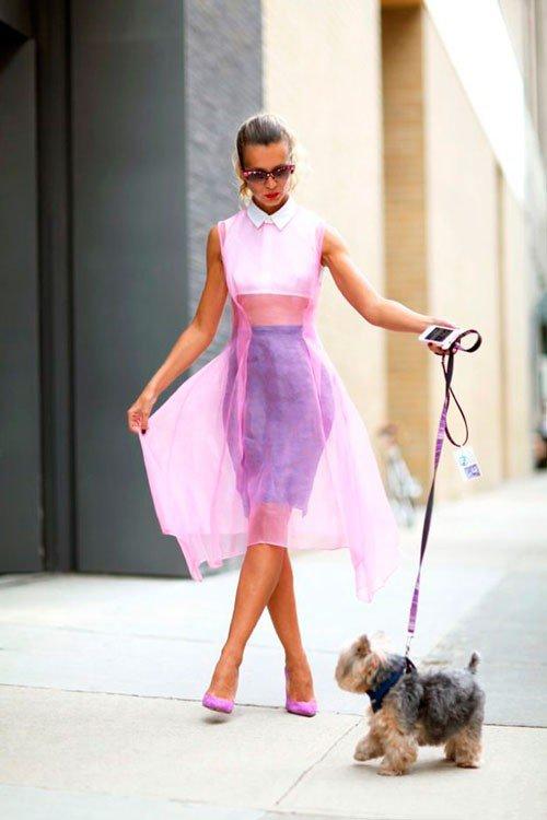 Natalie Joos в фиолетовой юбке, белой блузе, а поверх надето прозрачное фиолетове платье (сетка), завершают образ фиолетовые лодочки