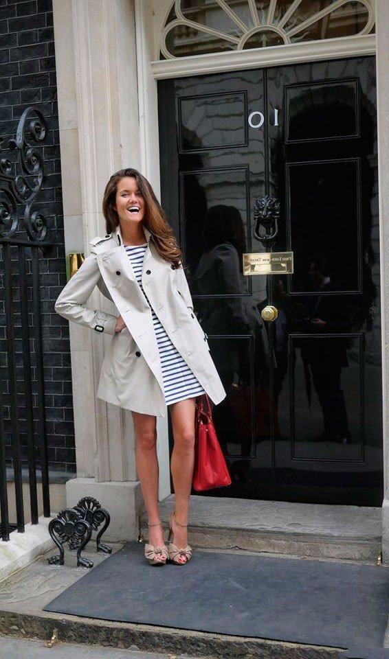 Носите тренч с платьем в морском стиле и вы только посмотрите какие у нее банты на босоножках
