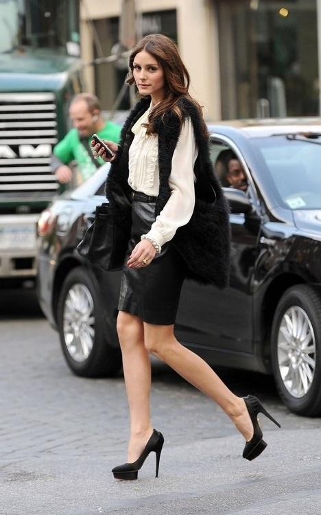 Оливия Палермо в кожаной юбке, блузе и длинном, меховом жилете
