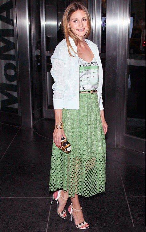 Оливия Палермо в зеленой, широкой юбке миди и белом жакете