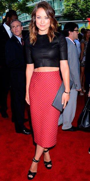 Оливия Уайлд в красной юбке карандашь (миди) в клетку, черном топе и черных босоножках