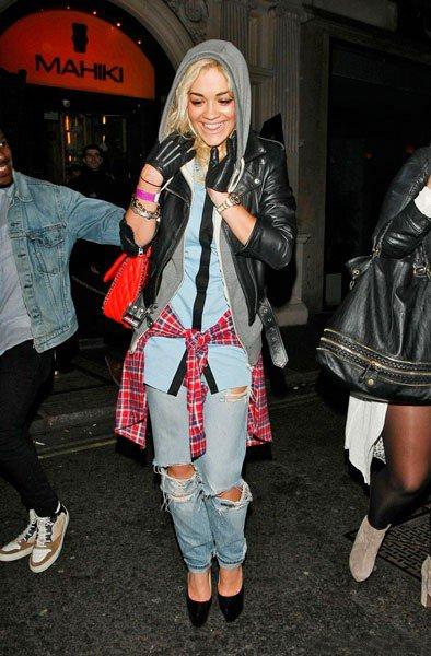 Рита Ора покидает ночной клуб Mahiki в худи, кожаной куртке, рваных джинсах и клетчатой рубашке, повязанной вокруг талии