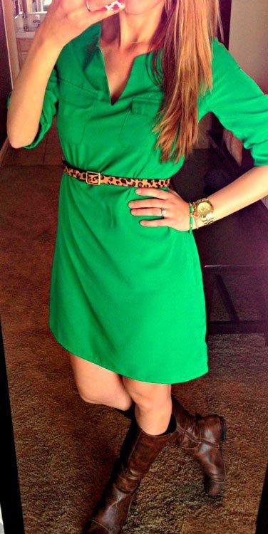 Отличный аксессуар к зеленому платью - это леопардовый ремешек и позолоченные часы
