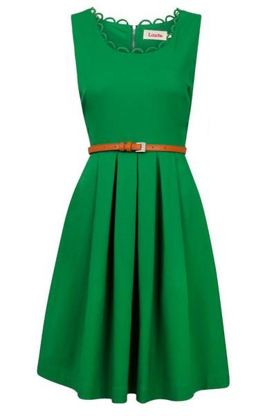 Отличный аксессуар к зеленому платью это тонкий, коричневый ремешек