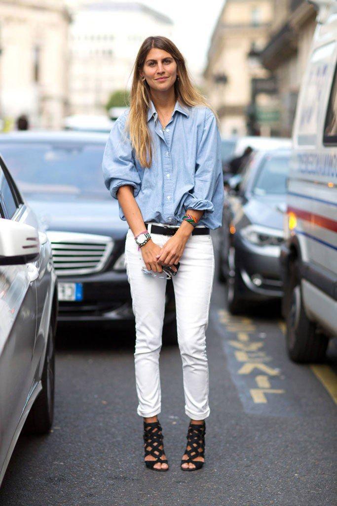 Посетительница парижского шоу в светло голубых джинсах и голубой рубахе