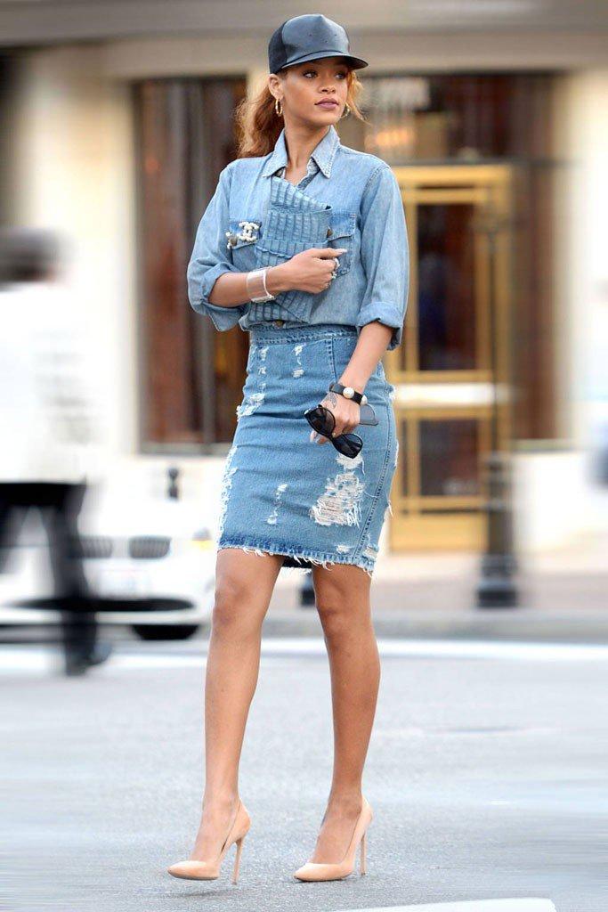 Рианна в джинсовой юбке карандаш джинсовой рубахе