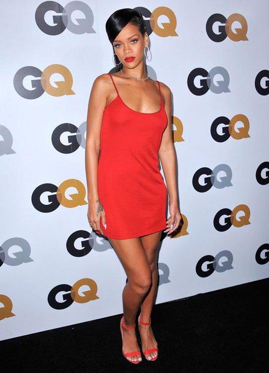 Рианна в коротком, красном платье и красных босоножках