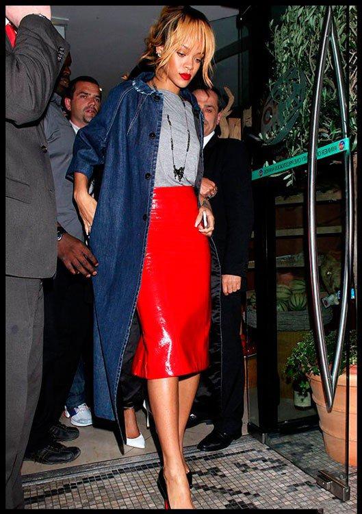 Рианна в красной юбке карандаш и джинсовом плаще