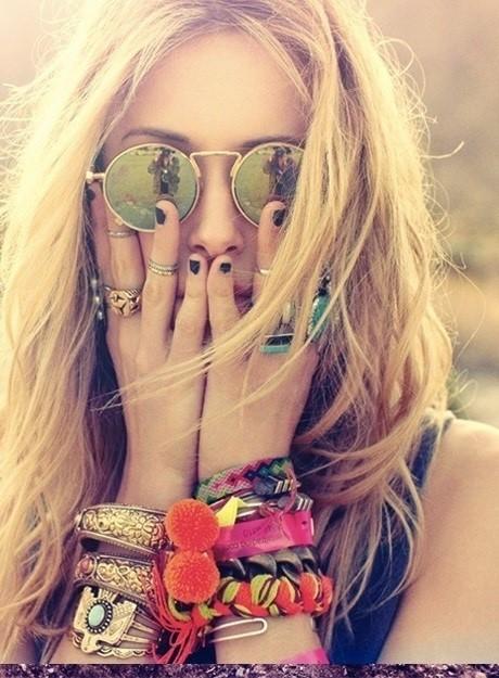 Руки девушки украшены браслетами и кольцами