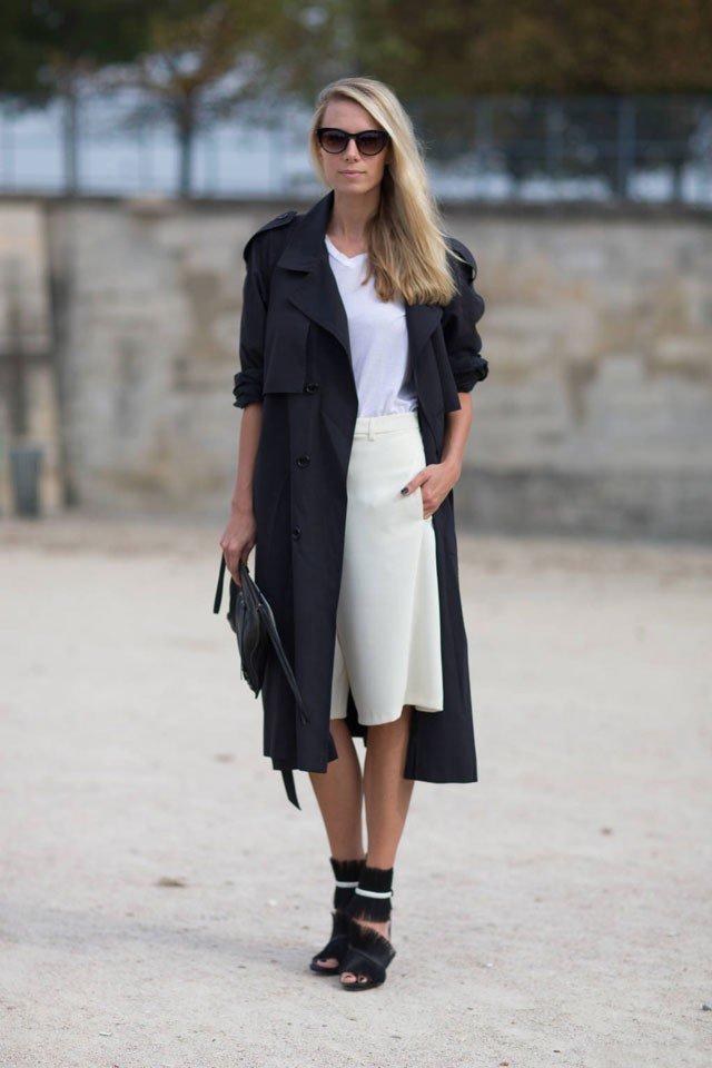 С белой юбкой и солнцезащитными очками, а какая у нее обувь
