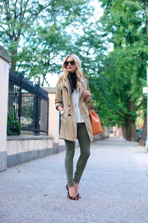 С обтягивающими штанами и туфлями на шпильке с леопардовым принтом