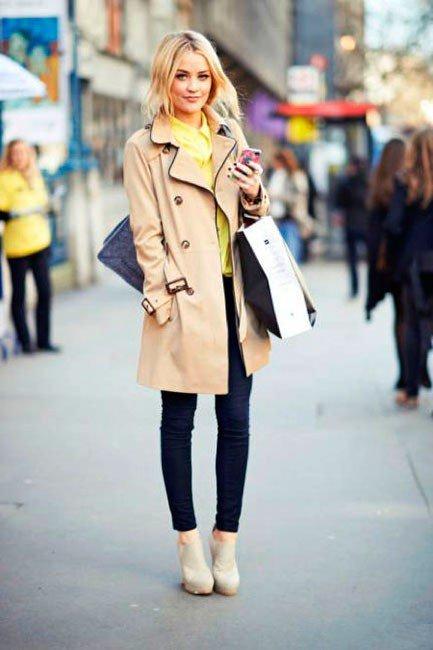 С тренчем великолепно сочетаются обтягивающие джинсы и высокие каблуки