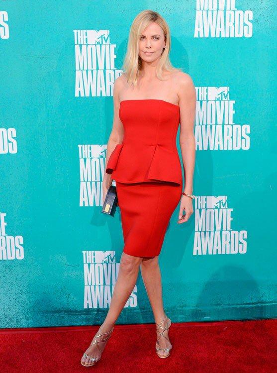 Шарлиз Терон в красном платье без брителек и серебристых босоножках