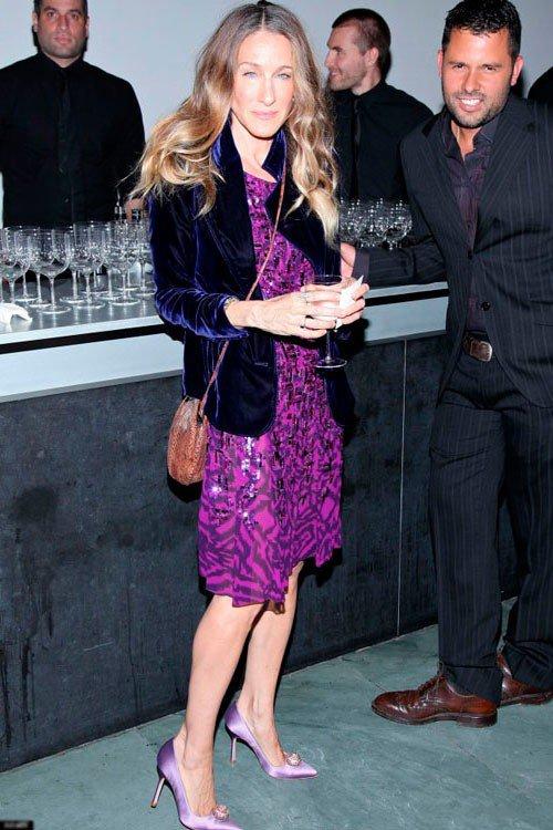 Сара Джессика Паркер в фиолетовом платье и фиолетовых туфлях лодочках