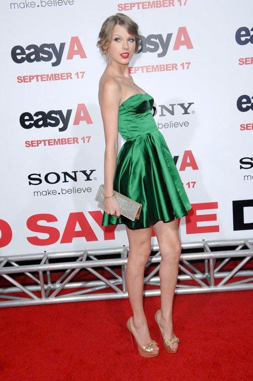 Тейлор Свифт сочетает зеленое платье с неброскими золотыми украшениями и серебрянным клатчем