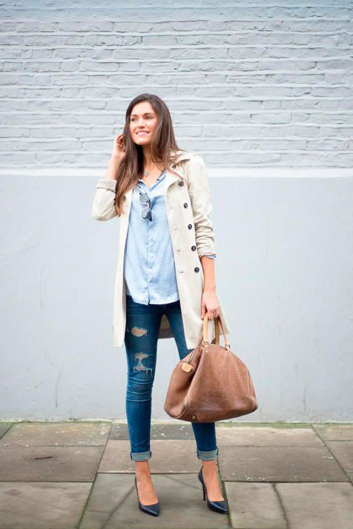 Тренч отлично сочетается с рваными джинсами, рубахой и каблуками