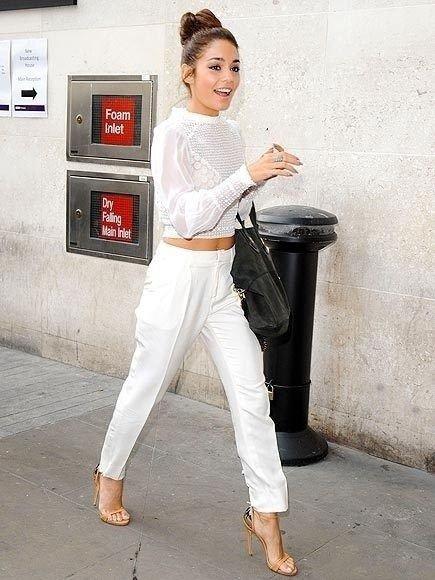 Ванесса Хадженс в белом топе, прямых штанах и на высоких шпильках