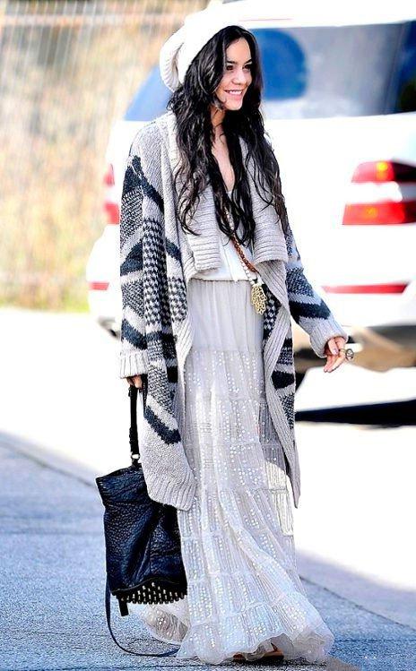 Ванесса Хадженс в белой макси юбке и длинном, свободном свитере