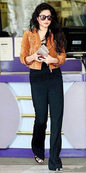 Ванесса Хадженс в черных, длинных брюках и коричневом жакете