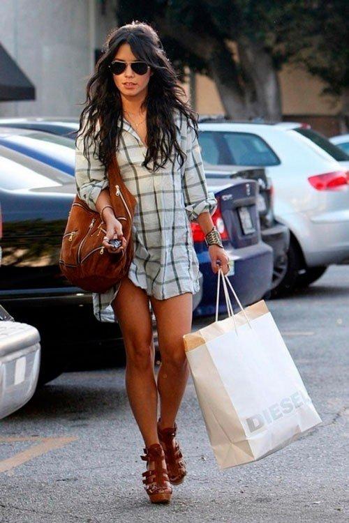 Ванесса Хадженс в клетчатой рубахе, коричневых сандалях с большой коричневой сумкой на плече