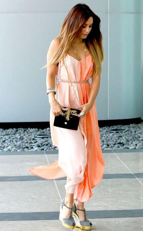 Ванесса Хадженс в персиковом платье и туфлях на танкетке