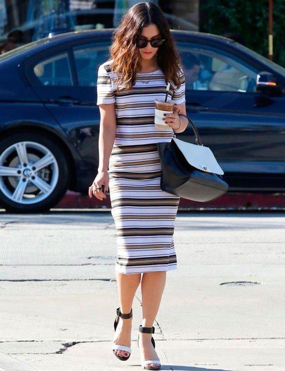 Ванесса Хадженс в платье в полоску, черно-белых туфлях и черно-белой сумкой
