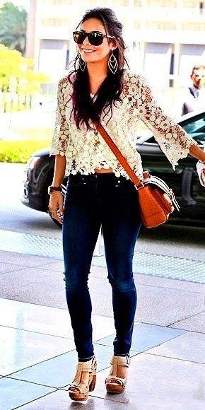Ванесса Хадженс в вязаном топе, джинсах и туфлях на платформе