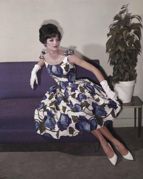 Вечернее платье с цветочным принтом, белые туфли лодочки и белые перчатки, лук 50-х